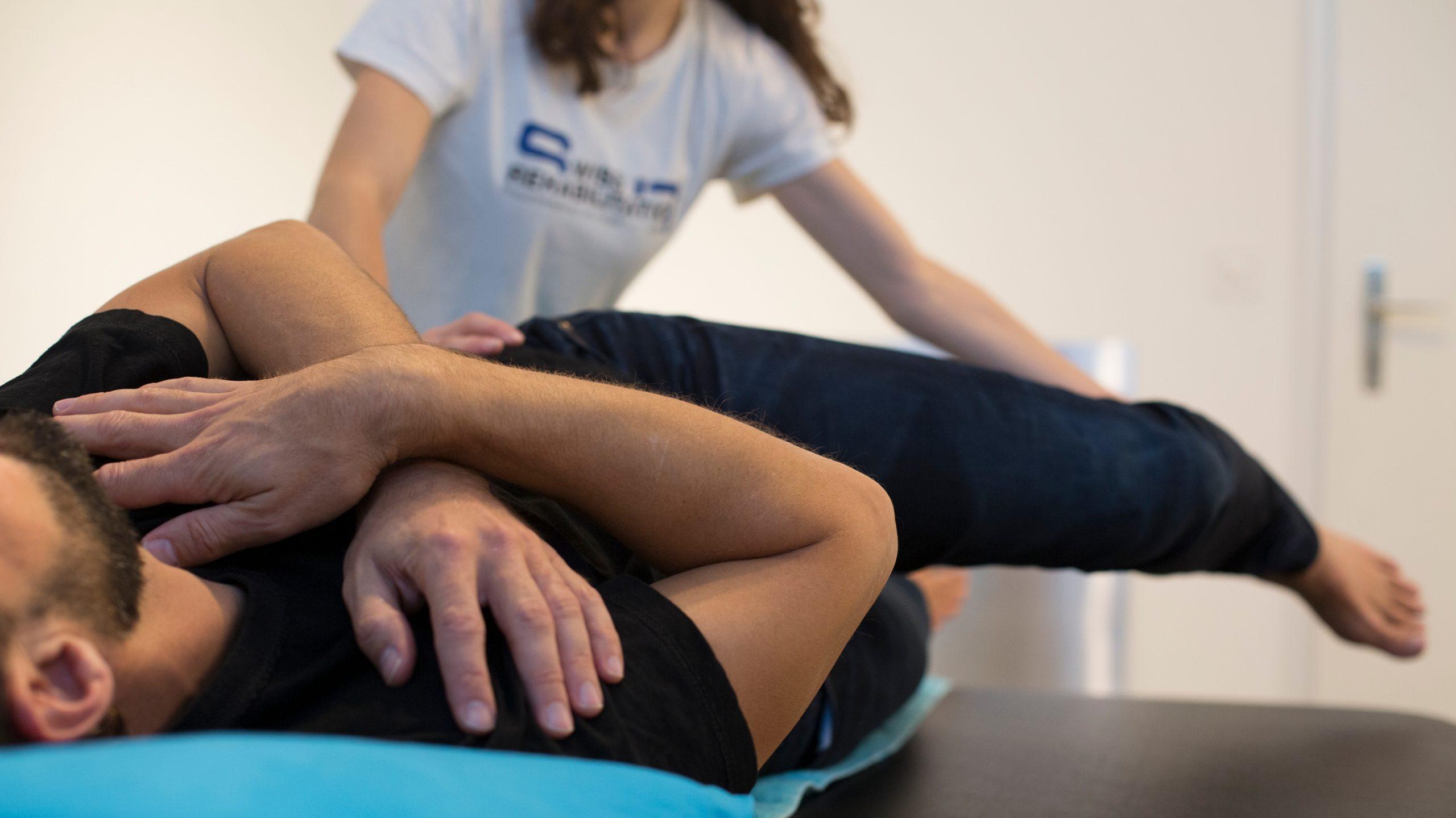 Un patient en séance de physiothérapie