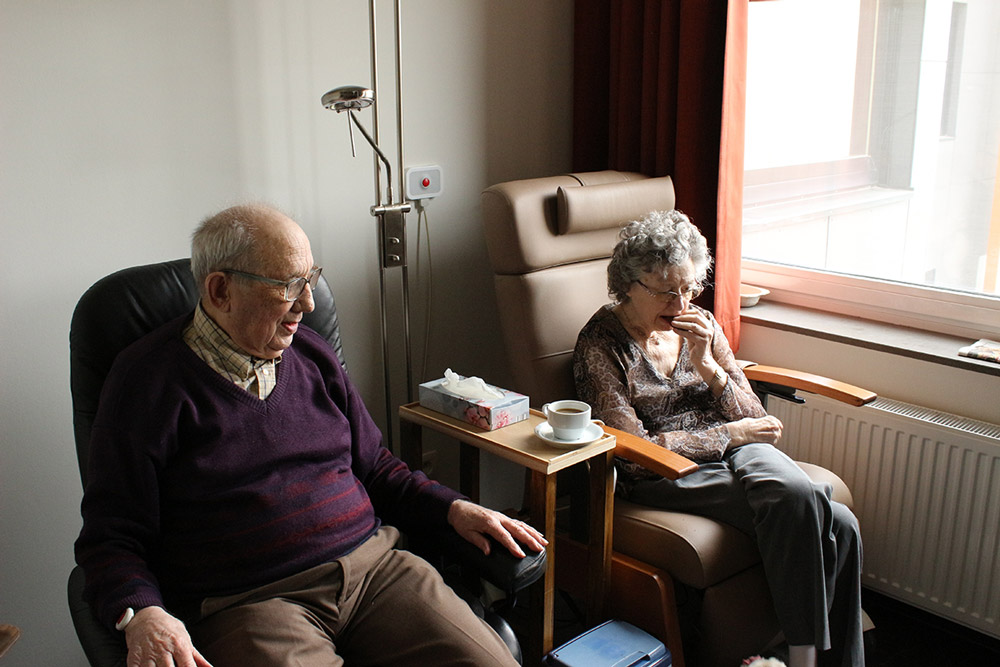Couple âgé assis dans des fauteuils